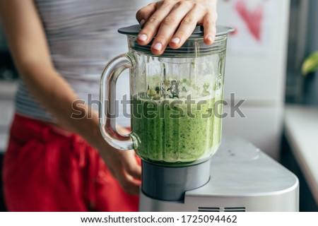 Folyamat zöld detoxikáló smoothie robotgép fiatalember Stock fotó © Illia