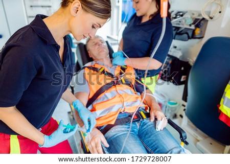 Urgence médecin chute injection blessés homme Photo stock © Kzenon