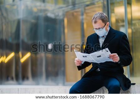 Ao ar livre tiro sério homem patrão quebrar Foto stock © vkstudio