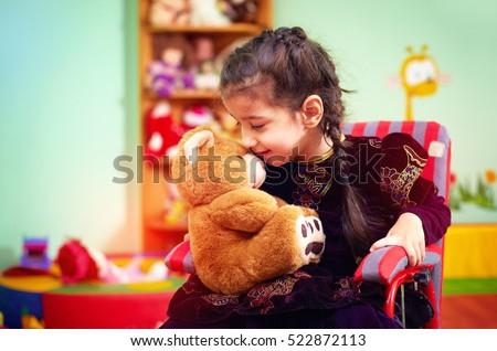 sevimli · küçük · kız · oturma · tekerlekli · sandalye · konuşma · büyükanne - stok fotoğraf © wavebreak_media