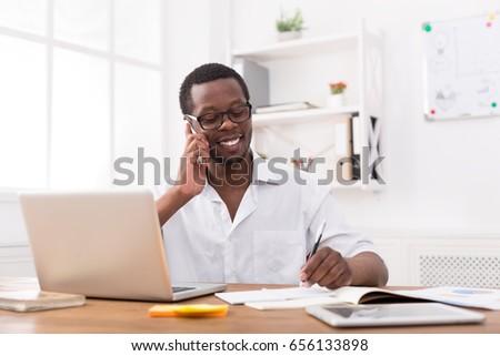 portré · jóképű · üzletember · készít · telefonbeszélgetés · fehér - stock fotó © wavebreak_media
