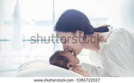 クローズアップ 女の子 小さな 母親 ビーチ ストックフォト © travnikovstudio