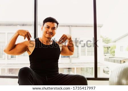 Komoly ázsiai izmos férfi karok nyújtott Stock fotó © deandrobot