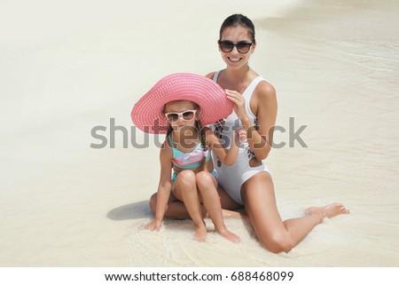 Kislány anya fürdik öltönyök ül asztal Stock fotó © Paha_L