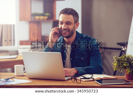ビジネスマン · 話し · 電話 · ラップトップを使用して · オフィス · ビジネス - ストックフォト © deandrobot