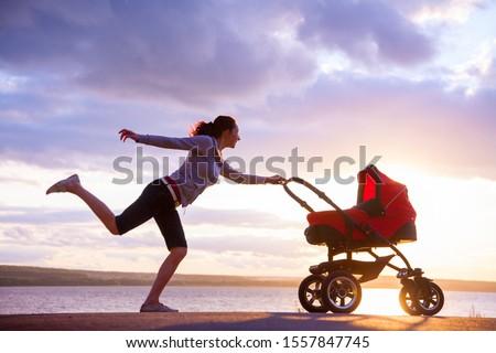 Sziluett fut anya élvezi anyaság gyermek Stock fotó © blasbike