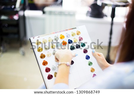 Közelkép női ügyfél megvizsgál hajszín diagram Stock fotó © dashapetrenko