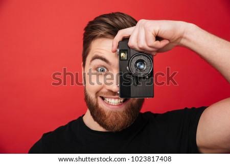 Jóképű fiatal szakállas férfi fotós áll Stock fotó © deandrobot