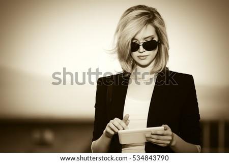 Сток-фото: деловой · женщины · позируют · улице · улице · используя · ноутбук · компьютер