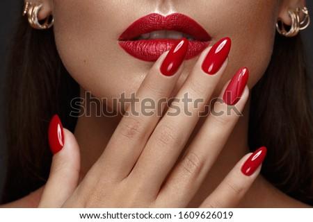 Bella modello ragazza rosso manicure chiodi Foto d'archivio © dashapetrenko