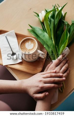 Csésze cappucchino fából készült tálca kezek női Stock fotó © pressmaster