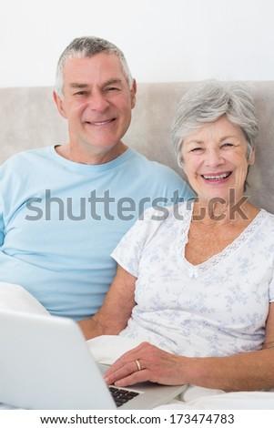 starszy · para · za · pomocą · laptopa · domu · kobieta · biuro · człowiek - zdjęcia stock © wavebreak_media