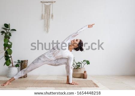 Vista lateral feminino ioga professor meditando tapete de yoga Foto stock © wavebreak_media
