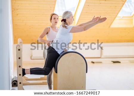 Oldalnézet edző képzés idős emberek előad Stock fotó © wavebreak_media