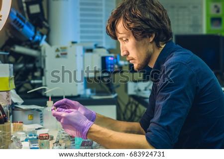 Scienziato laboratorio campione microscopica inchiesta metal Foto d'archivio © galitskaya
