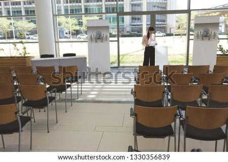 Elöl kilátás üzletasszony beszéd üres konferenciaterem Stock fotó © wavebreak_media