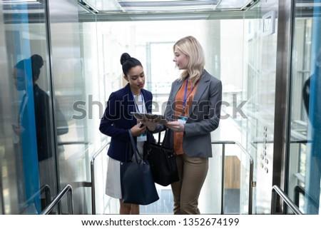 Elöl kilátás csinos fiatal több nemzetiségű üzletasszonyok Stock fotó © wavebreak_media