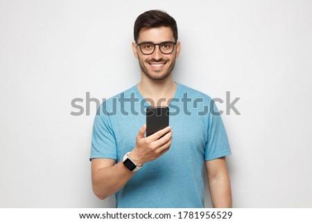 Hand jungen lächelnd Mann halten Smartphone Stock foto © pressmaster