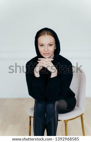 удовлетворенный женщину минимальный макияж черный рук Сток-фото © vkstudio