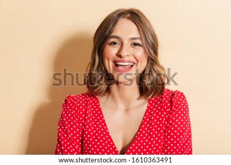 Fotografia zadowolony młoda kobieta czerwona sukienka śmiechem Zdjęcia stock © deandrobot