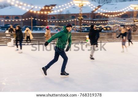 Lövés derűs férfi jókedv szabadtér korcsolya Stock fotó © vkstudio