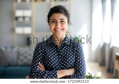 Positivo otimista mulher jovem posando casa Foto stock © deandrobot