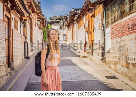 Jeune femme touristiques village une célèbre lieu Photo stock © galitskaya