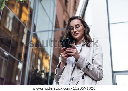 Mulher chamada telefone móvel cidade distrito comercial Foto stock © Maridav