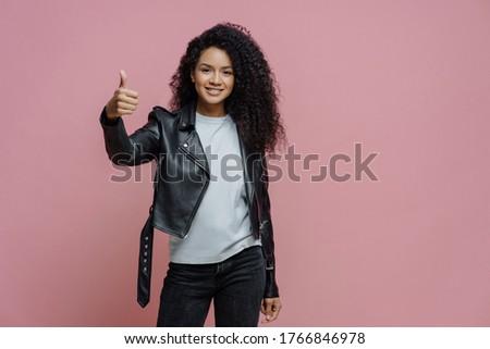 Mooie werk tevreden gekruld vrouw duim Stockfoto © vkstudio