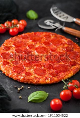 Fresco quente picante calabresa pizza Foto stock © DenisMArt