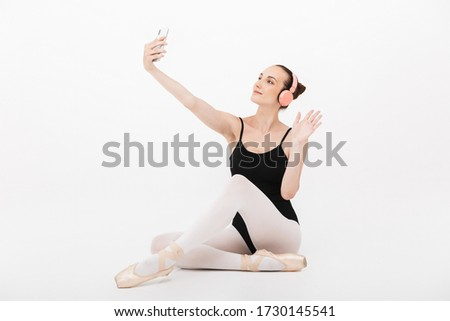Afbeelding vrouw ballerina hoofdtelefoon foto Stockfoto © deandrobot