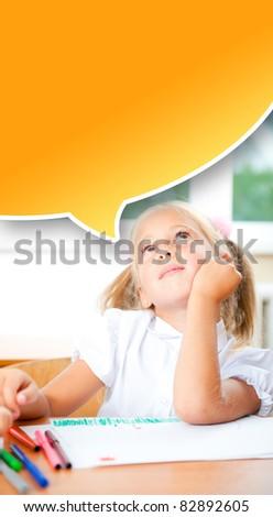 küçük · kız · bakıyor · çizim · boyama · resim · kâğıt - stok fotoğraf © HASLOO