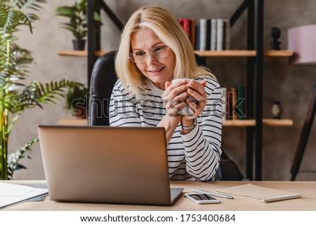 profi · női · pózol · megnyugtató · laptop · konyha - stock fotó © wavebreak_media