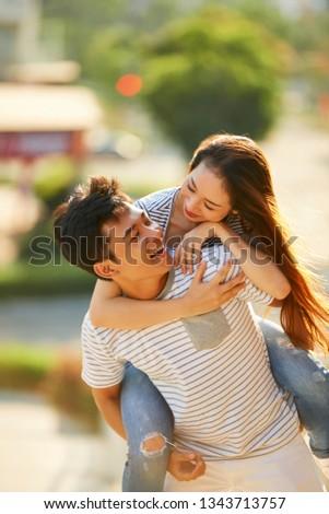 ハンサム 若い男 ガールフレンド ピギーバック 海 日没 ストックフォト © Nejron