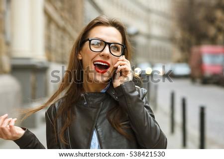 Foto stock: Surpreendido · mulher · caminhada · para · baixo · rua · falante
