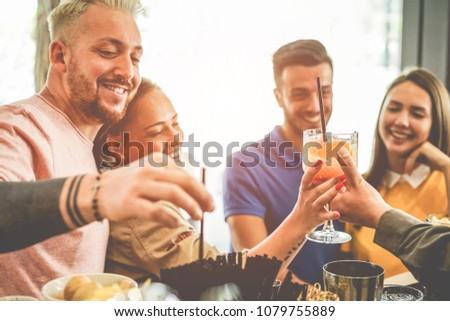 Barman cocktails jonge vrouwen cruise amerikaanse bar Stockfoto © DisobeyArt