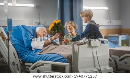 Idős férfi virágok feleség kórház nő Stock fotó © monkey_business