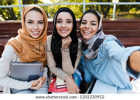 Foto moslim vrouw 20s hoofddoek Stockfoto © deandrobot