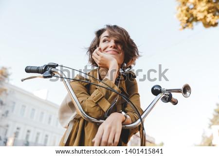 Cute jonge vrouw lopen park fiets luisteren Stockfoto © deandrobot