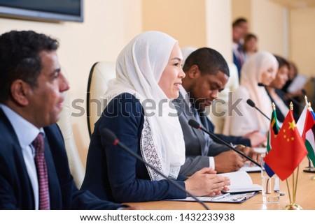 Fiatal sikeres női hidzsáb elvesz megbeszélés Stock fotó © pressmaster