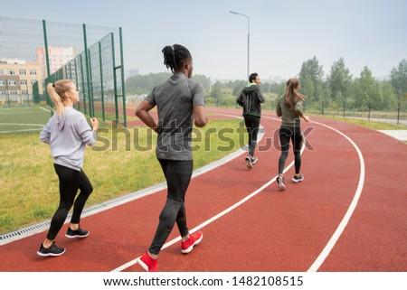 Hátsó nézet fiatal emberek fut lefelé versenypálya Stock fotó © pressmaster