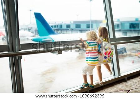 Familie luchthaven vlucht jongen wachten boord Stockfoto © galitskaya