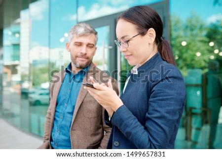Jonge tijdgenoot zakenvrouw mobiele telefoon surfen net Stockfoto © pressmaster