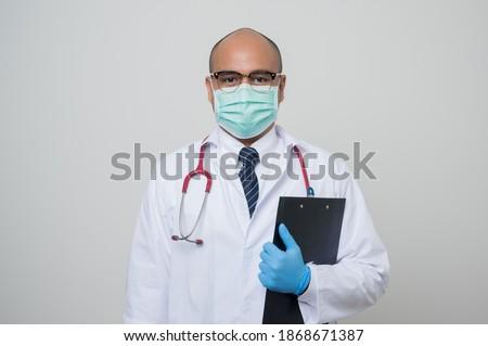 concentrato · medico · guardando · bianco · muro · donna - foto d'archivio © pressmaster