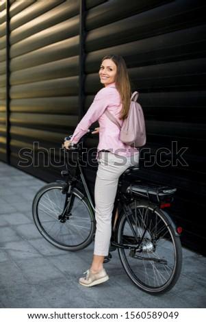 Fiatal nő modern város elektromos tiszta fenntartható Stock fotó © boggy