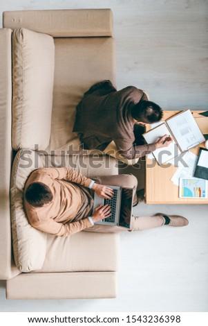 Fiatal bróker készít jegyzetek kolléga laptop Stock fotó © pressmaster