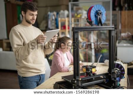 Giovane guardando online figura touchpad display Foto d'archivio © pressmaster
