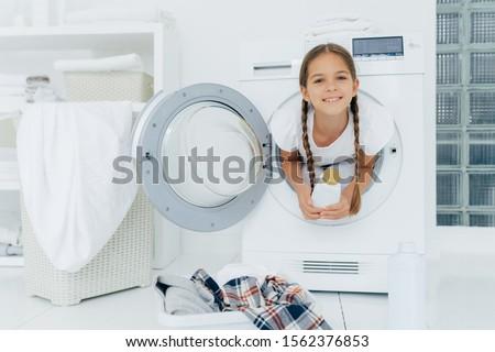 Mosolyog női gyermek örvend mosógép fehér Stock fotó © vkstudio