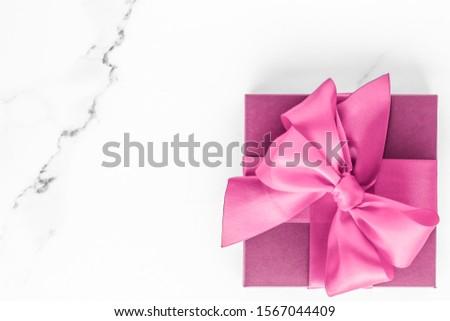 Rosa Geschenkbox Seide Bogen Marmor Mädchen Stock foto © Anneleven
