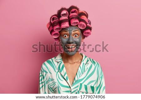 Szczęśliwy młoda kobieta zadowolony wyraz twarzy zdrowych skóry Zdjęcia stock © vkstudio